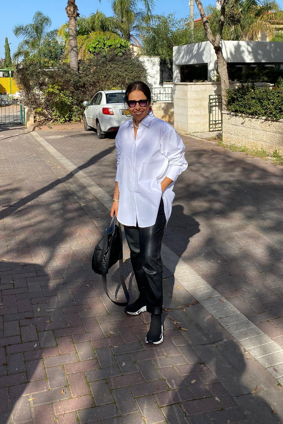 חולצה לבנה - מכנס שחור